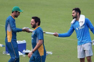 India's Virat Kohli gifts Bat to Pakistani Ace bowler Mohammad Amir
