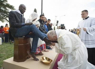 Pope Francis washes and kisses feet of Refugees including three Muslims