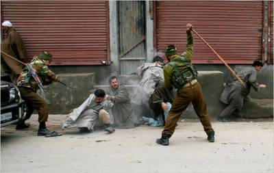 Indian Troops fire at protestors chanting pro Pakistan slogans in IOK
