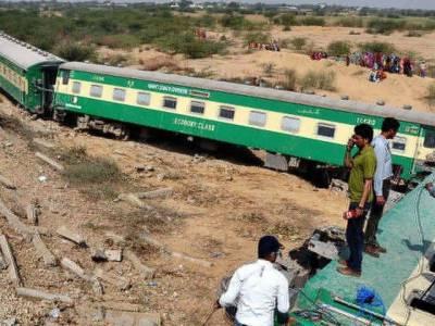 Pakistan Railways Karachi Express engine derails