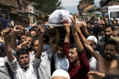Indian Forces open fire at the funeral procession of Kashmiri martyr