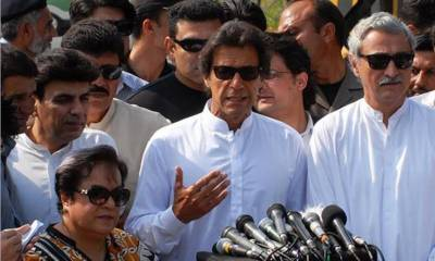 Imran Khan lashes out at PM Nawaz Sharif outside Supreme Court