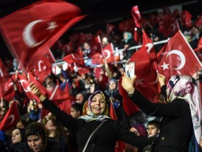 Thousands of Turkish women throng streets of Istanbul in favour of Erdogan's powers