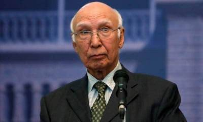 Sartaj Aziz welcomes Foreign Minister of Maldives to Pakistan