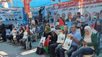 Palestinians sit in protest in solidarity with prisoners hunger strike