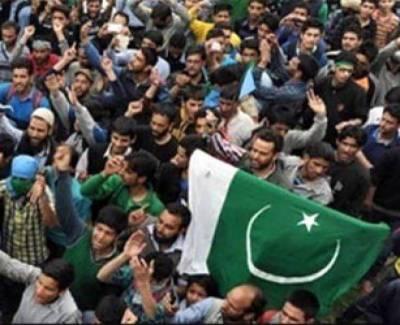 Kashmiris defy curfew, raise pro Pakistan slogans in front of Indian Army