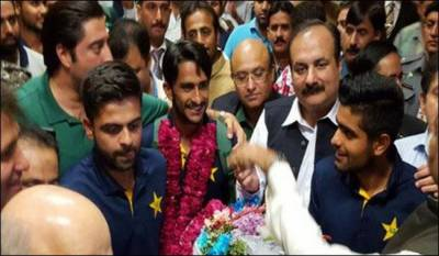 Pakistan Cricket Team players given heroic welcome at Lahore Airport