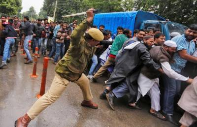 Indian Police Officer beaten to death by angry mob outside Srinagar mosque