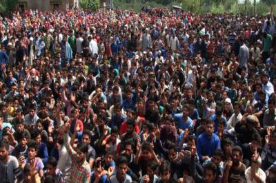Kashmiris stage huge protests, raise pro Pakistan, anti India slogans in front of Indian Army