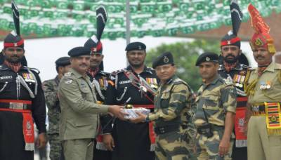 Indian BSF presents Punjab Rangers with sweets on independence day