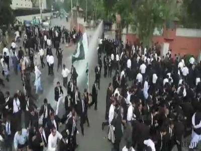 Punjab Police thrashes protesting lawyers in Lahore