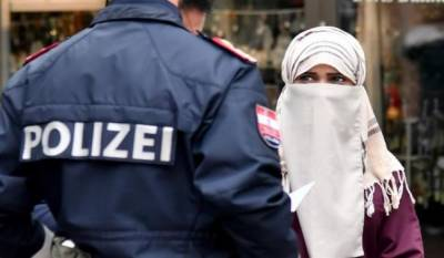 Muslim woman forced to remove her veil by Austrian Police