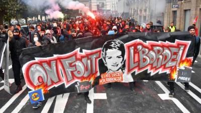 French civil servants stage massive protest against Macron's plan