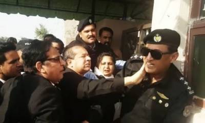The man who slapped Police officer in NAB Court is the Punjab Additional Advocate General