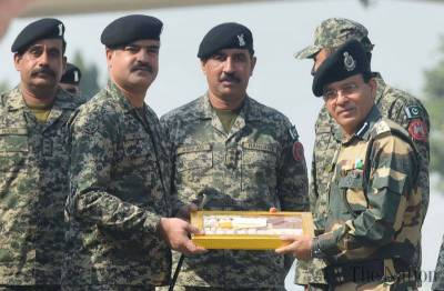 Pakistan Rangers present sweets to Indian BSF on Dewali at Wagah border