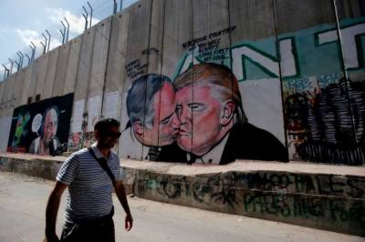 Netanyahu - Trump kissing art displayed outside Al Aqsa Bethlehem wall
