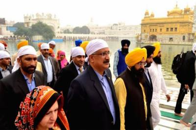 Pakistan Rangers delegation visits golden temple in Amritsar, India