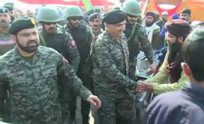 DG Rangers Punjab Maj General Azhar Naveed meets Faizabad sit-in protesters