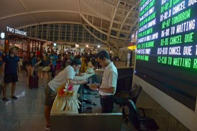 Tourists fly out of Bali at last as wind clears volcanic ash