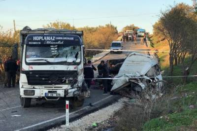 Minibus smuggling people into Turkey crashes, killing 11