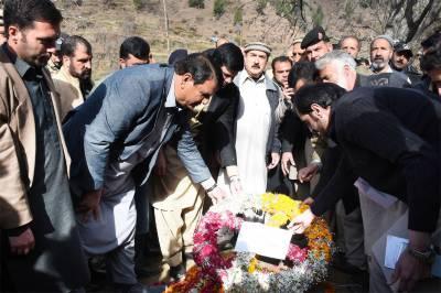 Muqam lays wreath at grave of Shaheed Bilal Ahmad