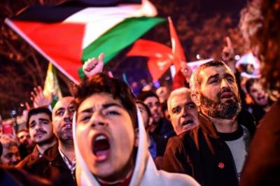 Turks protest outside US Embassy in Istanbul against Jerusalem move