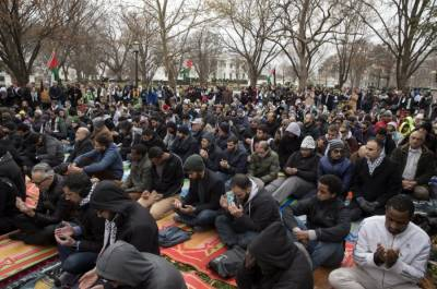 Muslims protest outside White House against Donald Trump