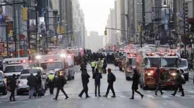 4 injured in pipe bomb blast in New York