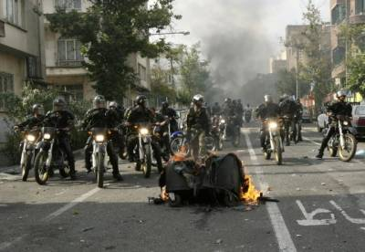Iranian protesters attack police stations