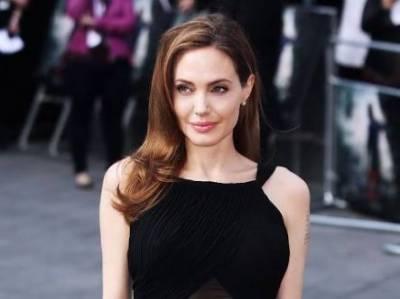 75th Golden Globe Awards: An Awkward movement for Angelina Jolie
