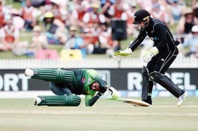 Shoaib Malik gets a nasty blow on head