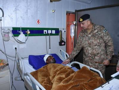 COAS visits CMH to meet Pakistani citizens injured in Indian fire at LoC