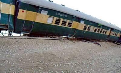 Pakistan Railways Awam Express derails