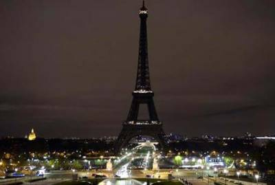 Eiffel Tower switches off lights