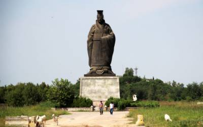 Strong winds topple giant statue of China's first emperor