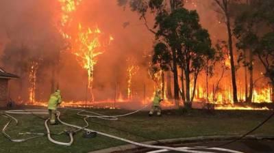 Large bushfire burns near homes on Sydney outskirts