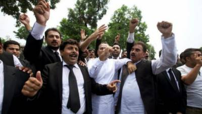 Police arrest 30 lawyers from outside Sindh assembly
