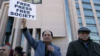 Turkey opposition journalist joins free press protest after release