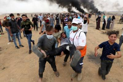 Israeli troops fire straight rounds at the protesting Palestinians on Gaza border