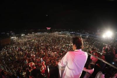 Imran Khan steals the show in Karachi