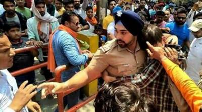 Sikh Indian officer saves Muslim man from mob