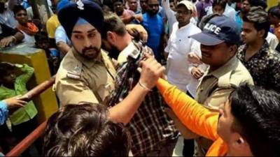 (VIDEO): Sikh Police Officer saves muslim man from being lynched from Hindu mob in India
