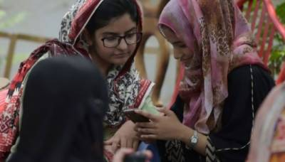 Bane of Pakistani politicians: young voters with smartphones