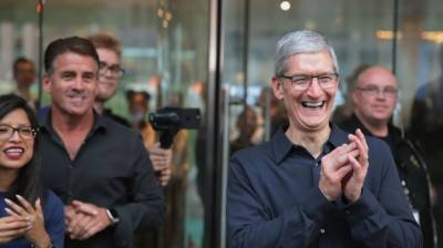 -Apple makes history with $1 trillion mark