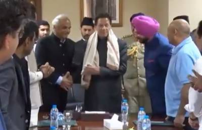 What gift Navjot Singh Sidhu presented to PM Imran Khan?