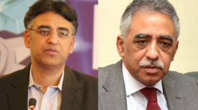 Finance Minister Asad Umar war of words with his brother Muhammad Zubair on twitter