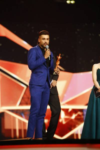 Mohammad Amir receives surprise award at Hum Style Awards