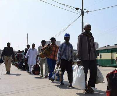 Iran hands over 102 illegal immigrants to Pakistan