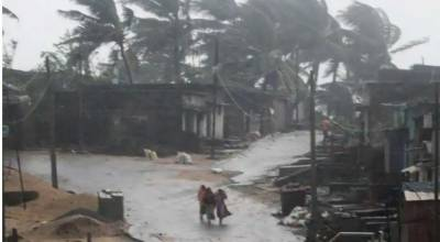 13 dead as powerful cyclone hits India's eastern parts