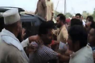 (VIDEO): Two PTI lawmakers openly fight on the streets of Karachi